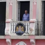 Honorair consul Hans Leusen op het balkon van zijn consulaat in Salvador de Bahia.